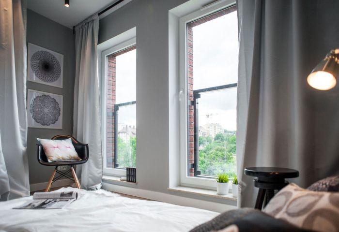 Стены покрасили грифельной краской серого и чёрного цвета