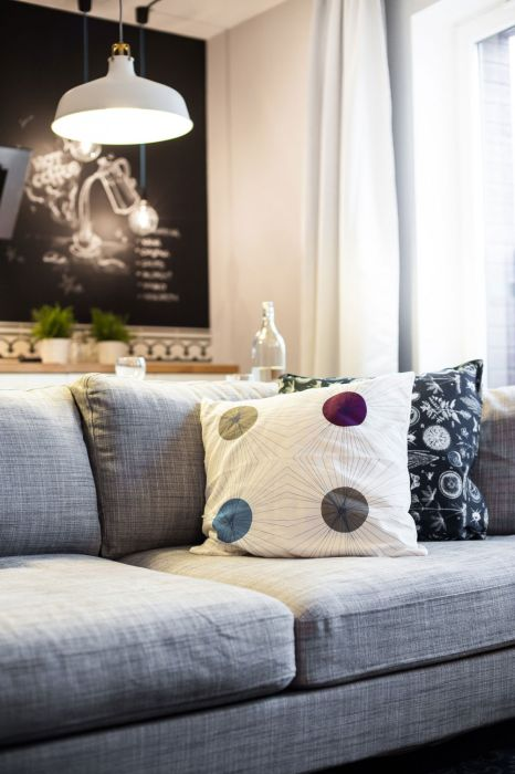 Серый диван - идеальное решение для небольшого интерьера