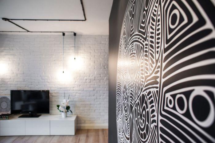 Стену в гостиной украшает большой мандал с изображением совы