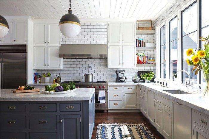 Большие чистые окна на кухне