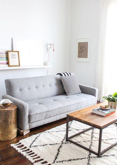 Функциональный и лаконичный диван в небольшой гостиной