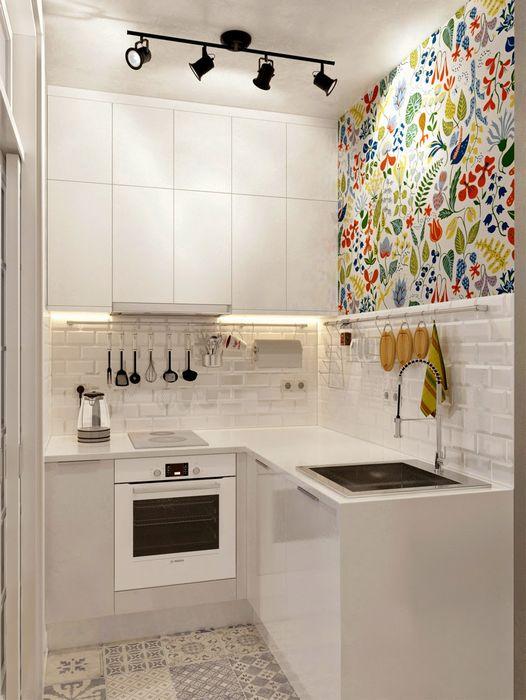 Белые фасады мебели на маленькой кухне