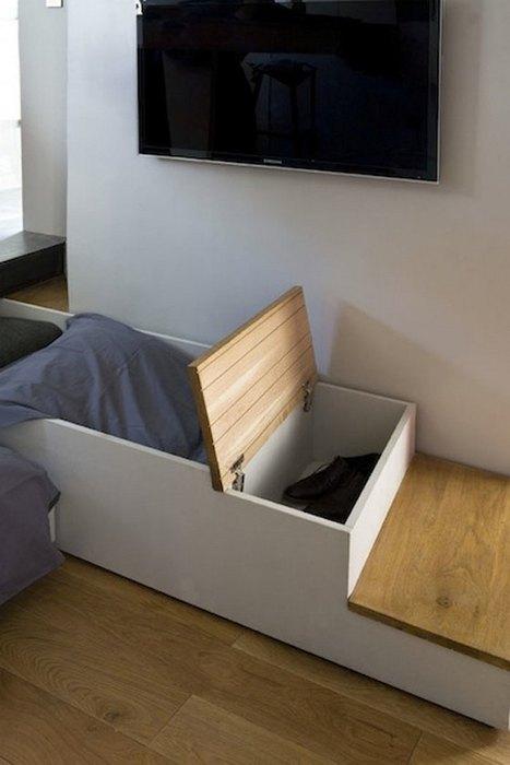 Лестница выдвигается, а под ней прячутся вместительные ящики для хранения вещей