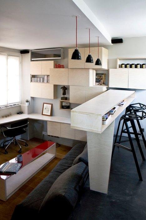 Зонировать квартиру удалось благодаря подиуму, барной стойке и цветовому оформлению