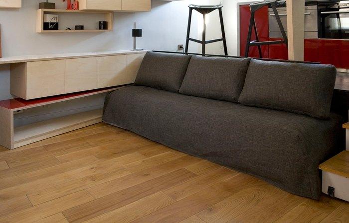 Импровизированный диван прячется под подиум