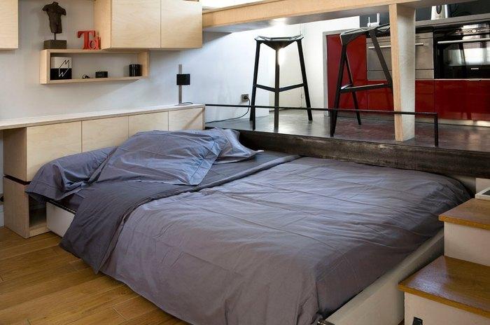 Под подиумом прячется полноценная двуспальная кровать