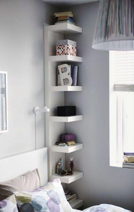 Задействуйте углы для хранения книг и вещей.