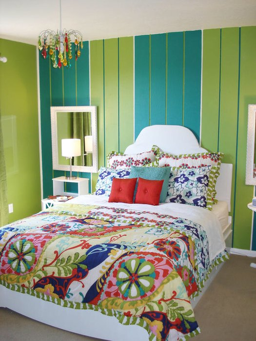 Яркий интерьер маленькой спальни.
