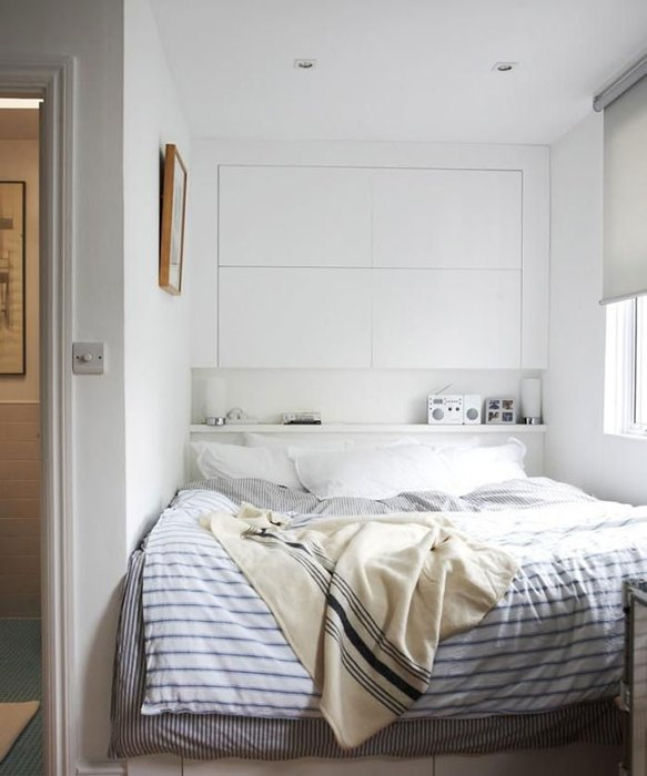 Используйте место над кроватью для хранения вещей.