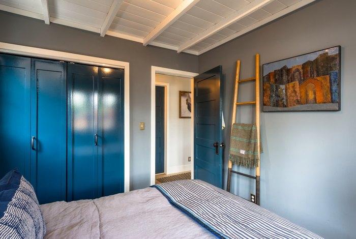 Шкаф в нише с дверью-гармошкой