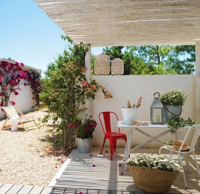 Уютный дворик маленького дома