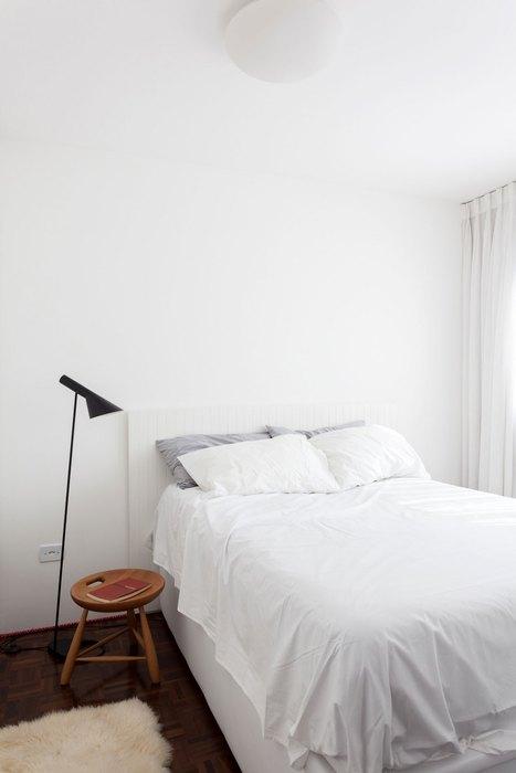 В спальне минимальное количество мебели