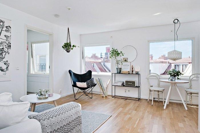 У квартиры удобная планировка и большие окна