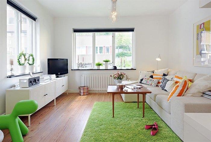 Яркий ковёр в маленькой гостиной