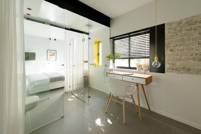 Спальня отделена от санузла с душевой стеклянной перегородкой