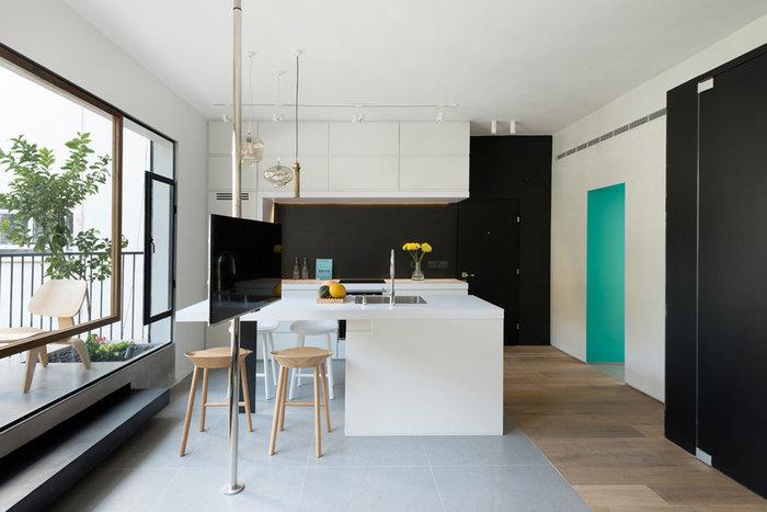 Чёрный цвет отлично вписался в интерьер небольшой квартиры