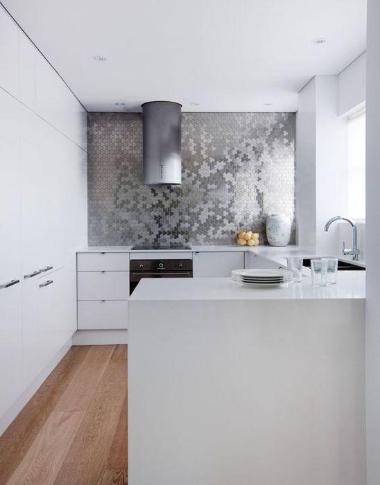 Акцентная металлическая стена в интерьере кухни