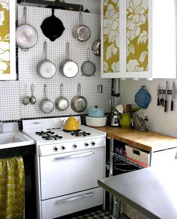 Сковородки на стене