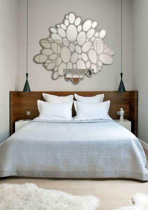 Красивая зеркальная композиция над изголовьем кровати