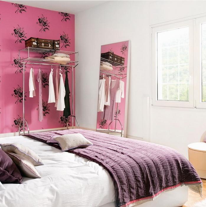 Зеркало, в котором отражается красивая часть комнаты