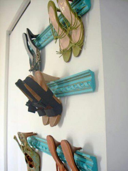Молдинги можно использовать для хранения обуви