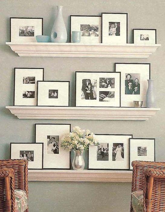 Декор стены фотографиями и молдингами
