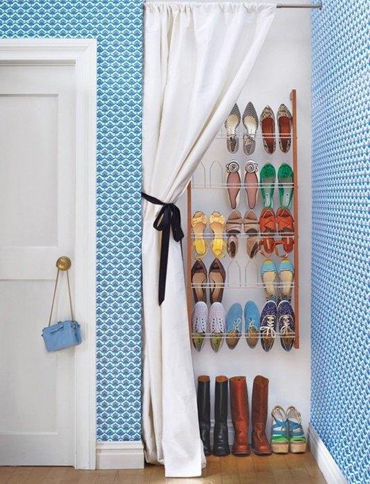 Хранение обуви за шторкой
