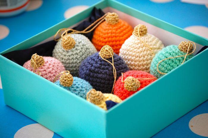Разноцветные ёлочные шары из пряжи
