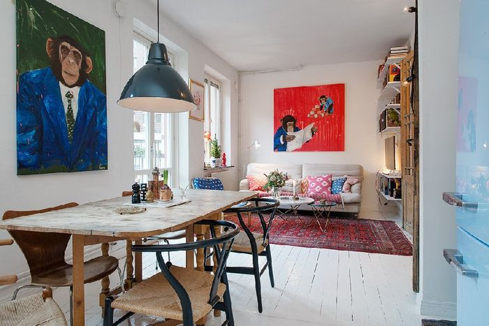 Яркий настенный декор освежил старую квартиру