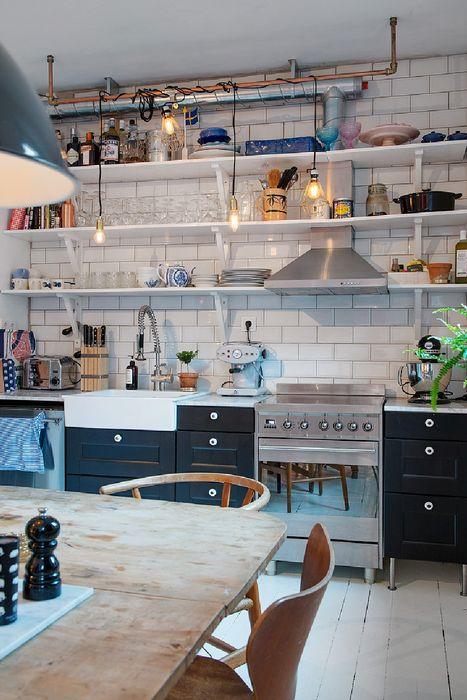 Стильные открытые полки на кухне
