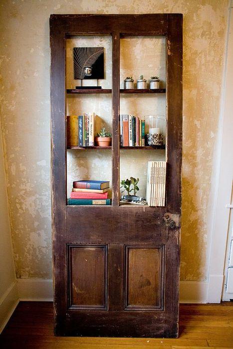 Необычный стеллаж из старой двери