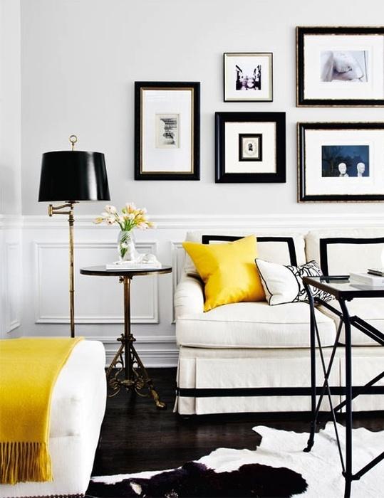 Жёлтые аксессуары разбивают строгость чёрно-белого интерьера