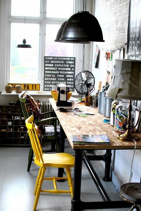 Хватило одного жёлтого стула, чтобы сделать интерьер более приветливым