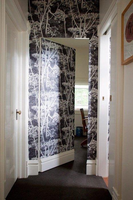 При помощи обоев можно создать эффект скрытой двери