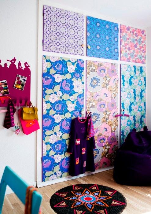 Встроенный шкаф с дверцами, декорированными обоями