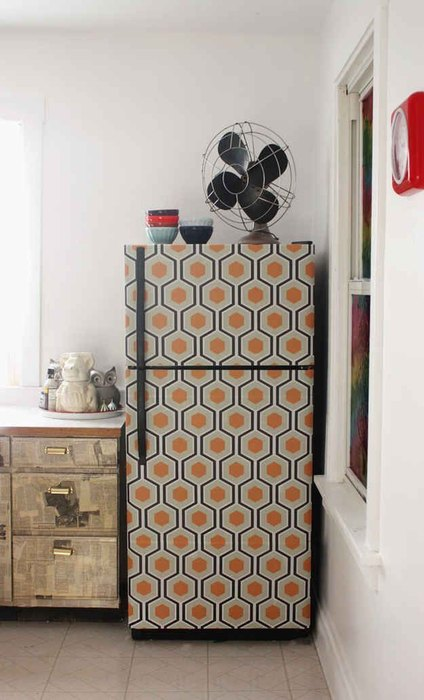 Холодильник, декорированный обоями