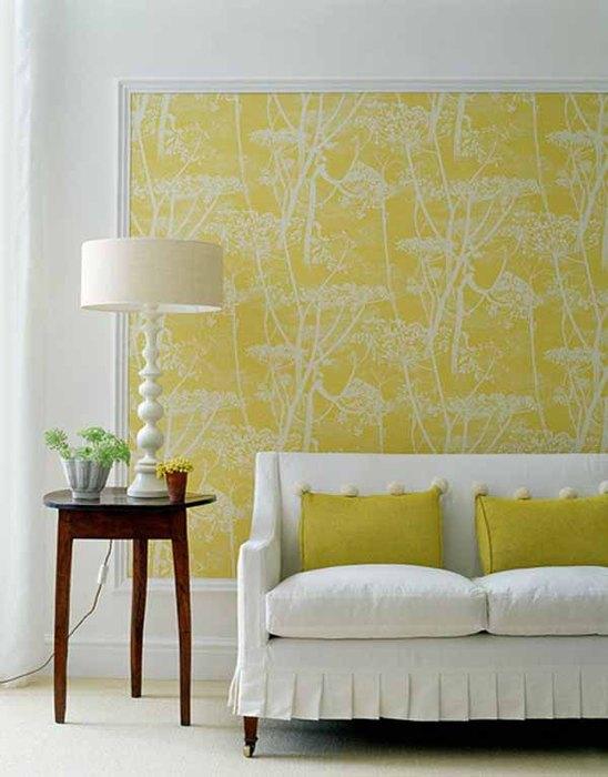 Акцентную стену в гостиной можно создать при помощи обоев и молдингов