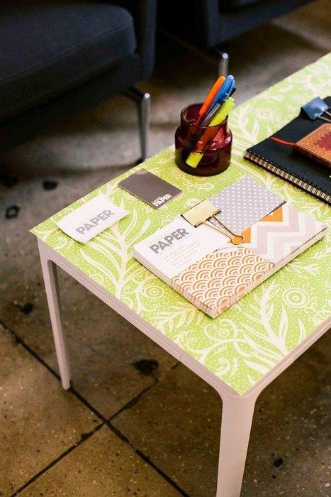Журнальный столик с обоями на столешнице