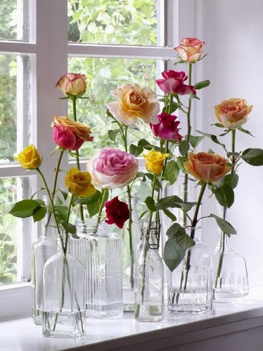 Цветы можно поставить в прозрачные бутылки и банки