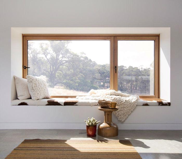 Уютное место отдыха на подоконнике