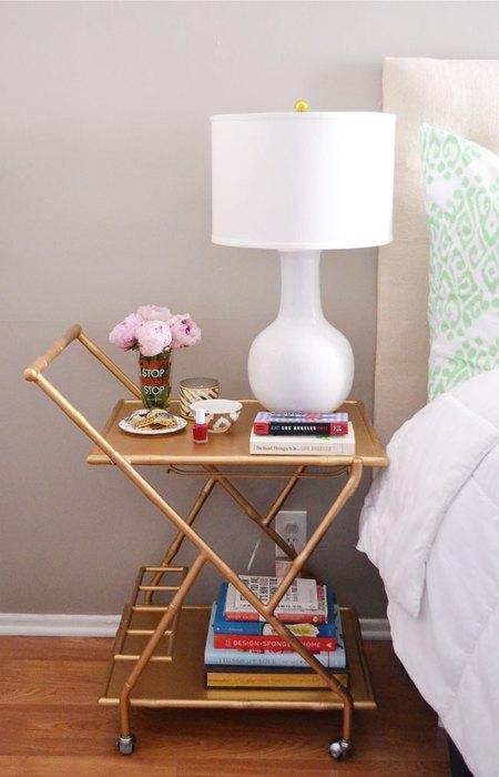 Этажерку всегда без проблем можно передвинуть или убрать в другую комнату