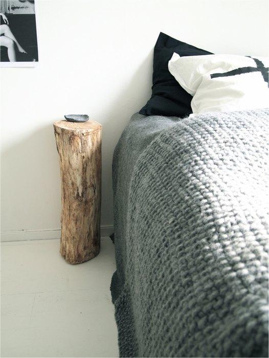 Небольшой пенёк около кровати смотрится очень аккуратно