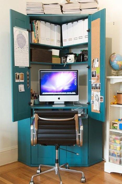 Угловой шкаф выполняет роль домашнего офиса