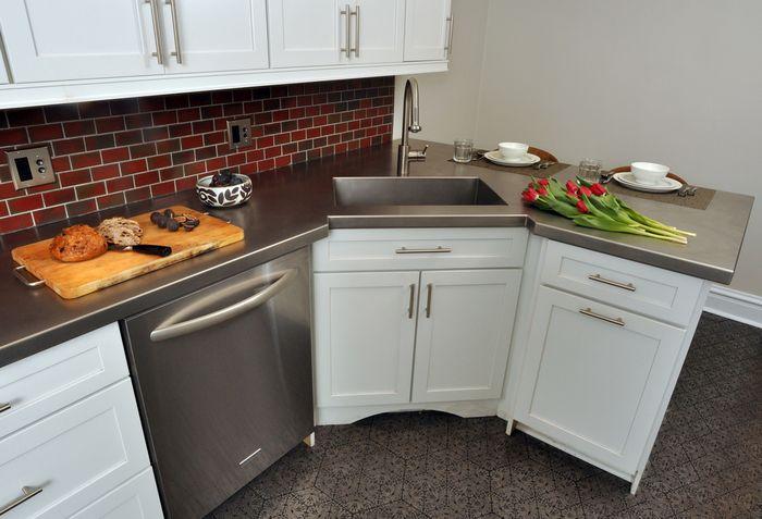 Как удачно вписать холодильник в интерьер кухни?