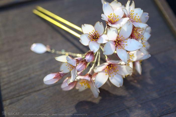 Японская художница создаёт украшения для волос из смолы и медной проволоки.