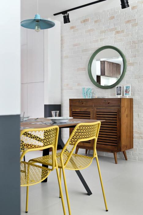 Жёлтые стулья в зоне столовой