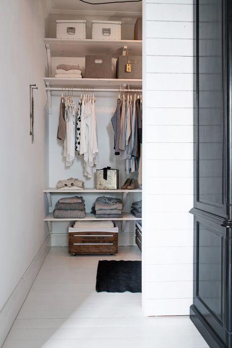 Вход в гардероб не загромождён наличием двери
