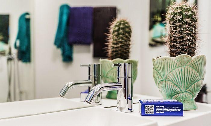 Стильный декор в небольшой ванной