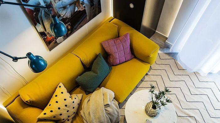 Яркий диван в маленьком интерьере