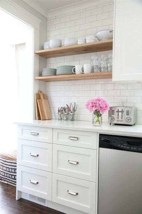 Белый цвет в интерьер кухни